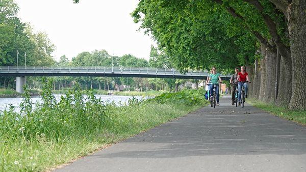 Radgruppe unterwegs am Dortmund-Ems-Kanal in Lingen