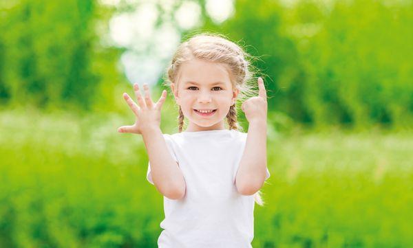 Mädchen zeigt mit ihren Fingern den Slogan der Samtgemeinde Werlte an – 5 Gemeinden… 1 Gemeinschaft