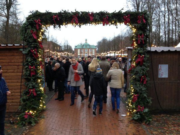 Advent auf Schloss Clemenswerth in Sögel – Blick durch Eingang auf Markt und Zentralpavillon