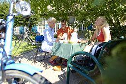 Radfahrer beim Picknick während der Radreise entlang der Pionierroute