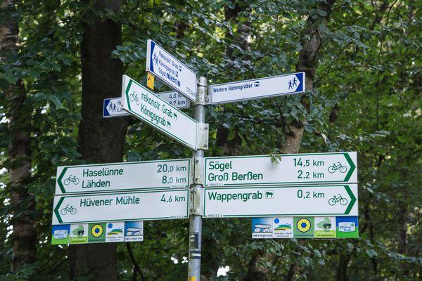 Schilderbaum für das Radwegenetz im Emsland