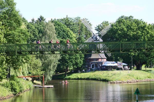Etappe auf dem Emsradweg: Mittlere Ems, Radfahrer und Kanuten vor der Höltingmühle Meppen