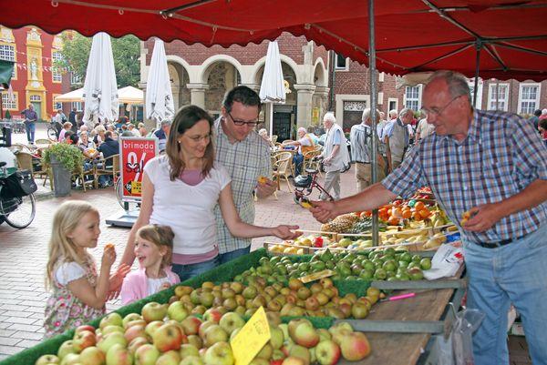 Wochenmarkt in Meppen - Einkauf Marktstand
