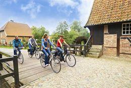 Radfahrer unterwegs auf der Pionierroute bei der Herrlichkeit Lage
