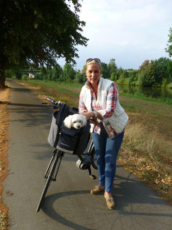 Frauchen und Hund mit dem Rad unterwegs im Emsland