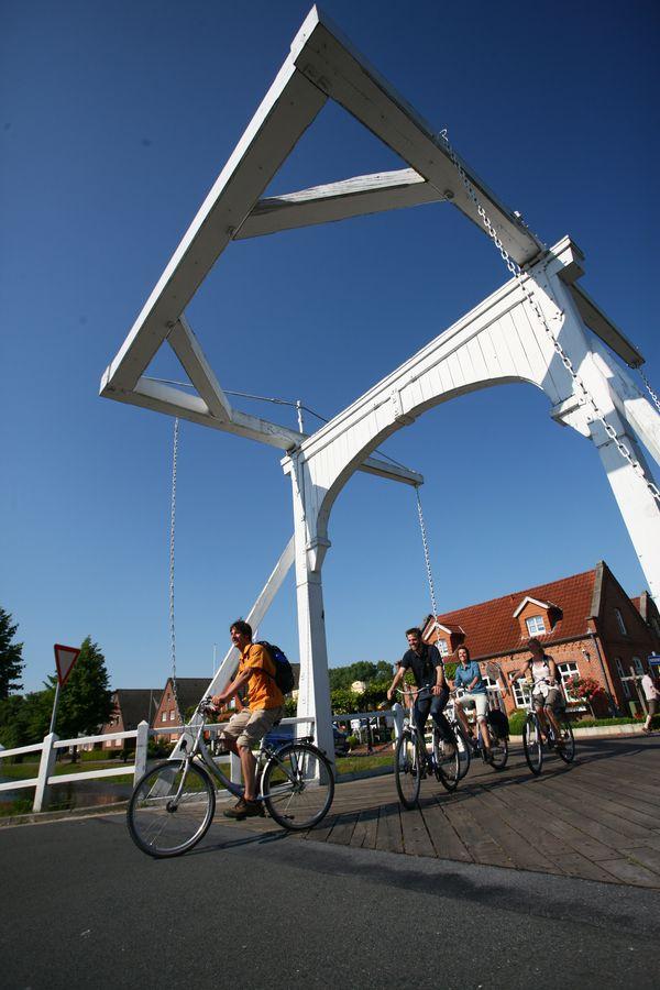 Radfahrer unterwegs auf der United Countries Tour (Smokkelroute), Klappbrücke in Papenburg