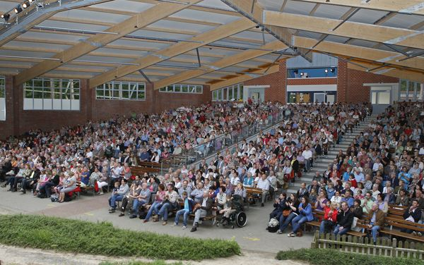 Waldbühne Ahmsen – Blick in überdachten Zuschauerraum während Aufführung
