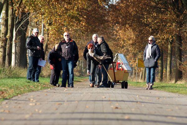 Boßelgruppe im Emsland unterwegs